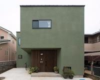 外壁材について質問です。 この家に使われている外壁材の商品名が知りたいです。 色々なワードで検索したのですが、ここまで深い緑の色合いの外壁材は出ませんでした。  分かる方、もしくは 専門とされている...