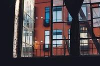 マンション3階、相場より家賃2万円低いが目の前の景色がマンション。 住む?住まない? ベランダの窓を開けると見える景色は 二車線道路向かいに建ってるマンモスマンションの背面  室内にいてもマンションの...