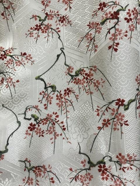 着物について質問です。 単衣で白地、地紋に桜や青海波、その上に枝付きの桜が描かれています。枝付きの桜であれば1-3月の着用が相応しいかと思っていますが、単衣なのでそういうわけでもなさ そうです。 ど