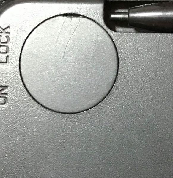 電池を取り替えたいんですが、まずカバーが開きません。どうやって開けるんでしょうか。