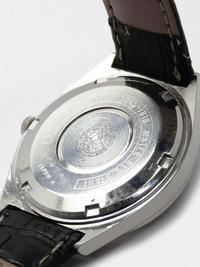 グランドセイコーの腕時計に詳しい方教えてください  「グランドセイコー ハイビート 56GS」 ネットで下記中古の時計を見つけたのですが、 これは真ん中のくぼみに元々金色の輪っかがはまってたりしますでしょうか?  それとも、元々このくぼみには何もはまっていないのでしょうか?  GRAND SEIKO