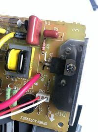 私は趣味で壊れた電化製品を分解して修理しているのですが、電界効果トランジスタ(FET)のピン配置が推測できない時によく困っています。 品番を調べてデータシートが見つかれば問題ないですが、全てが載っているわけではないので、載ってない時に回路図が書けないです。   バイポーラトランジスタならば、テスターのダイオード測定でわかりますが、電界効果トランジスタでもテスターでわかる方法はあるでしょうか?...