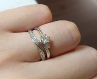 婚約指輪を右側に付けて普段使いするのは変でしょうか?婚約指輪がV字、結婚指輪がウェーブの為重ね付けすると隙間が空いて変な感じになります。(写真のような感じ) 指輪同士で当たる部分があるので、傷がつくのも心配です。 どちらも大切な指輪なので、婚約指輪も普段使いしたいと思っています。婚約指輪を右側に、結婚指輪を左側に付けるのは変でしょうか?