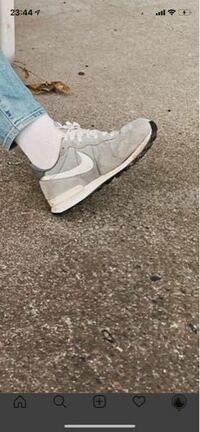 ナイキの靴について詳しい方わかる方いたら教えてください、この靴なんですが、なんていう形かわかりますか?自分はプリモントリオールレーサーだと思うのですが、