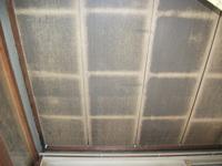 天井板の結露染みについて  築50年の木造平屋建てです。昔、石油ストーブを使っていたころに結露で天井板に染みが付きました。 何とか見苦しくないようにDIYでコストをかけずに綺麗にしたいと考えていますが、...