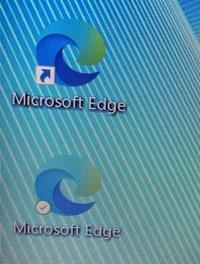 ノートパソコンを購入してMicrosoft Edgeを最新に更新したのですが、アイコンが2つになってしまいました。アイコンの左下が従来の矢印のマークの物と緑色のチェックマークの物です。(画像参照 )どう違うのでしょうか?開いても全く一緒なのですが、、エクセルやワードにも緑色のチェックマークがついています。矢印のマークの物は削除してしまっても大丈夫でしょうか?ちなみにMicrosoftアカウン...