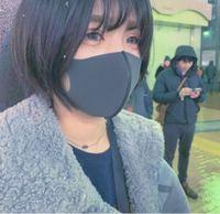 マスクのサイズ感についてです。 画像の女性のマスク、目の下が少しあいていますがこれでサイズはピッタリなんですか? ちょうどよくフィットしてる感じですか?