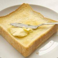 トーストにジャムを塗る前にバターを塗っておきますか? (^。^)b