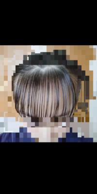 シースルーの前髪にする為今伸ばして4ヶ月目なのですが、分け目が3角にするとどうしても前髪の薄さか均等になりません。 写真ようにでこぼこの分け目でもいいのでしょうか?