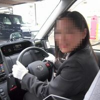 日本全国の女性タクシー乗務員の方々へお伺いをいたします。 ・ 実車中に黄色信号に遭遇をした場合は、どのようにしていらっしゃいますでしょうか。 ・ 1.法令にしたがい、停車をする。 2.オーバードライ...