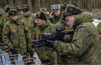 ロシア軍ってM4使ってるんですか?! まぁどうせ試験的に使ってるだけだろうけどこれでロシア装備でM4使っても変に見られたり指摘されなくなるね! てか彼らこれの使い方分かってるんですかね…?(CQB仕様に遠距離用...