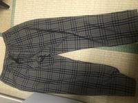 このチェックパンツ似合う上の服装を探してます。どのような物がオシャレに見えますかね?ご回答よろしくお願いします!