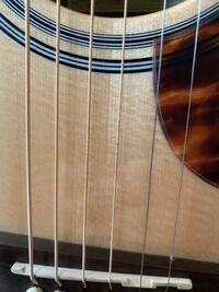 アコースティックギター初心者です❗ ギターを買って1ヶ月半くらいなのですが、弦の部分(3弦のところ)が黒くなってきました。これはサビなのでしょうか? 思いっきり弾いてしまっていた時もあったのでそれが原因...