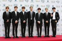 bts   この写真て撮り方おかしいですか?  右の3人 こんなに身長ひくいですか?