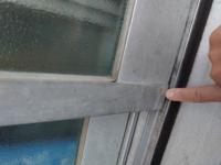 網戸レールについて教えてください! 築40年のマンションです。 ここは網戸レールではないですよね? 窓と指先は水平なので、網戸を挟むスペースがないような気がして‥