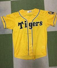 阪神タイガースのファンクラブでもらった黄色いユニフォームの後ろにアルファベットのワッペンつけてレプリカユニフォームっぽくしたらダサいですか? これです↓