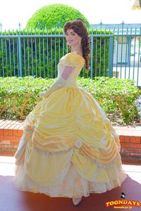 ディズニーランドにいるプリンセスのスカートの中はどうなってる? . ディズニーランドのパーク内では、ベルやシンデレラ、白雪姫等といった ディズニープリンセス達がよくお客の子供と戯れたり、 パレードの...