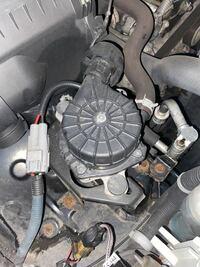 エンジンルームにあるこの部品の名前を教えてください。エンジン警告灯ランプが付き車屋にみてもらったところ、この部品が悪いとのことでした。排気関係で空気を取り込む部品だったと思うのですが名前が思い出せずモ ヤモヤしています。車種はランドクルーザープラド120系です。