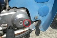 スーパーカブ70のエンジンの右側にあるコレ(画像の丸の部分)は何ですか?  何かを調整する部分?  詳しい方よろしくお願いします。