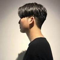 この髪型は就活に向いていませんか?? 女です。元々ハイトーンでしたが黒染めしました。サイドと後ろを刈り上げて、前髪は伸ばしてセンター分けしてます。  顔がハッキリ見えるようにセット してますが、就活はまずいでしょうか。