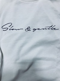 Tシャツに書いてある英語の意味を教えて下さい。Slow&までは読めたのですが右の単語が読めません。分かる方教えて下さい。