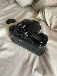 ここのカメラの右上のボタン二つ並んでいるやつの役割を教えてください! フィルムカメラ canon eos1000qd  フィルム一眼 フィルム一眼レフカメラ 一眼レフ キャノン