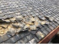 大家さんの修繕義務について質問です。 去年の台風の時に私の家の隣にある平家の瓦の屋根が 崩れ落ちそうになってました。  この軒下を私達も通るので、危ない為修繕をお願いしたところ、「古い家で誰も住んでないから直しません。」と言われてしまいました。  ただ、あまりにも瓦が落ちそうだった為こちらで少し降ろしました。 私の家も賃貸でこの大家さんから借りてます。  大家さんの修繕義務になると思うのです...