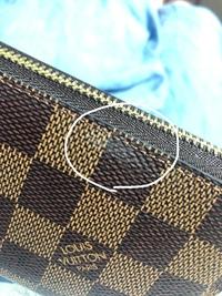 ルイヴィトンの財布ですが突然白い汚れが付きました、、、 除光液で拭いたり、消しゴムで擦ったりしましたが、すぐ白いのが浮き出てきてまた白くなります。同じような汚れがついたことある方が 居ましたらどのように落としたか教えて頂きたいです、、