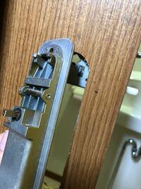 (至急)トイレのドアの取っ手?鍵?のビスが緩んでいたので締め直すつもりが間違ってさらに緩めてしまい、取っ手が落下。 その後、取り付けようと思いましたが、鍵がかけられなくなりました… 開くことも開けることもできない状態です。部品は何もなくしてないはずです。 鍵の方は凸の方をしており、取っ手側に「←こういう形の爪がついています。 複雑な取り付け方があるのでしょうか? なんとか自力で直す方法はあり...