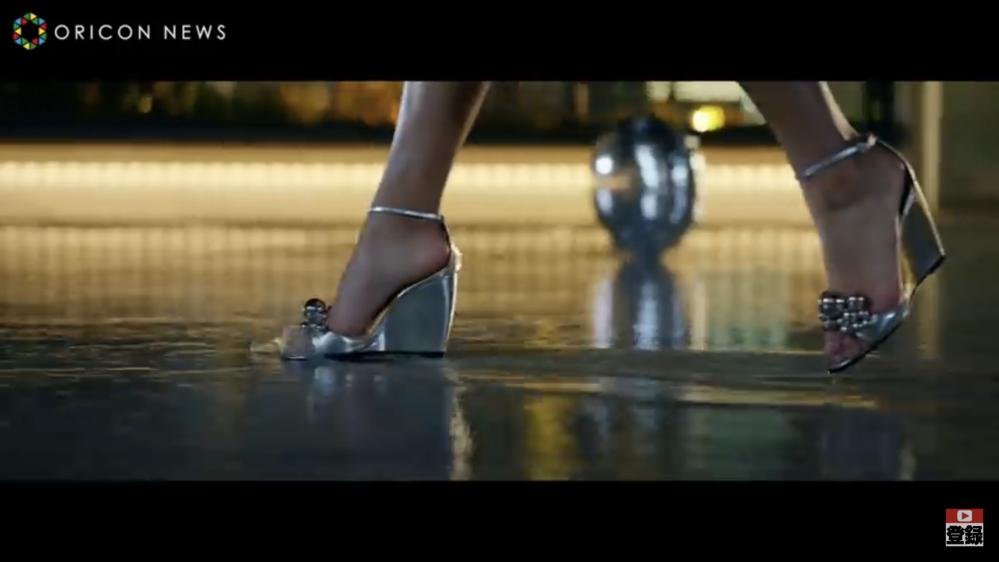 椎名林檎さんとトータス松本さんが出演しているGINZA SIXのPVに出てくるこちらのサンダルはどこのものでしょうか? 女優さんが履いているシルバーのもので https://m.youtube...