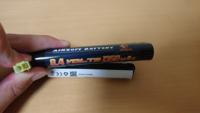 エアガンのバッテリーについてです。 つい先日バッテリーを購入したのですが今ある充電器とサイズが合わなくて充電が出来ないんです。 ですので、画像のバッテリーは、何の充電器で充電できるか教えてください!  できる限りAmazonに売ってるのがいいです!