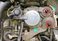 平成8年式(1996)V-HH3ホンダストリートのキャブレターについての質問です 写真の赤丸のところのゴムキャップを外すとマイナスネジがあります これは何のためにあるのですか? このバキュームホースには空気が吸い込みも吐きもしてません エンジンは好調です