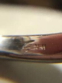 ジュエリーマキの K18 WGのダイヤモンドリングですが、リングの刻印が ジュエリーマキのマークと K18WG 0.30 なんですが、写真の刻印もあるのですが この刻印は何かわかる方 いらっしゃいますか?