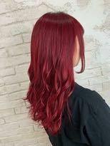 赤色の髪に染めたいのですが、私自身染めた経験がなくさらに髪の毛が染めたように真っ黒と言われたことがあります。その私の髪の毛は1回のブリーチで赤色になりますか? 写真のような赤色にしたいです。