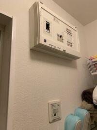 借家のアパートのブレーカーの分電盤の下から風が出てきます…。 下のリモコンスイッチはトイレと、お風呂の換気扇のスイッチです。 そのスイッチを切ると風は出てこなくなり、台所の換気扇を入れると再び風が出てきます。 コンロで料理をして、換気扇をまわしていると、お風呂場に臭いが、来ることがあります。 これは普通の事なのでしょうか? 1、ダクトがどこかしらで外れている 2、ダクトの出口が、ふさがってい...