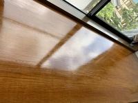 DIY初心者です。 出窓の木板が傷んでいたのでサンドペーパーをかけて水性カラーニスをぬりました。かなり艶々になって仕上がり感が…思っていたのと違いました。 それでペーパー400番をかけて 油性ウレタンニスの艶なし透明を塗ろうかと思うのですが 弾いたいしないでしょうか? 知識のある方 アドバイスお願いします。