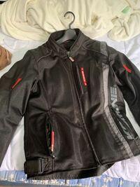 バイク教習、普通自動二輪免許を取得したいと思っているものですが、バイク教習するに当たって教習所で用意しているプロテクターではなく、自前のプロテクター入りメッシュジャケットを着て教習することは基本的に可 能なのでしょうか?できる場合に、メッシュジャケットの中にはどんな服装をすればいいのでしょうか?ジャケットの中はTシャツでいいならそうしたいのですが。  ジャケットはコミネの型番:07-095 ...
