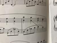 ピアノの楽譜、 ホールニューワールドなのですが、 この左から右の斜線は どのように弾く記号でしょうか?  ど忘れしてしまいました、、