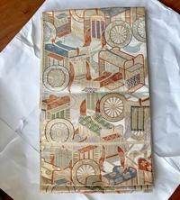 親戚の家からまわってきた古い帯で、七五三用の袋帯らしいのですが、大人が使ったら変ですか? サイズ的には幅が30cm長さが4mの六通ですので、普通に使えそうなんです。マークを見ると服部織物 です。   帯として使えなかったらテーブルセンターにでもしようと思いますが、衛生的にはどうしたらいいんでしょうか? クリーニング済みらしいですがたぶん20年くらいタンスにしまわれていた物です。臭い...