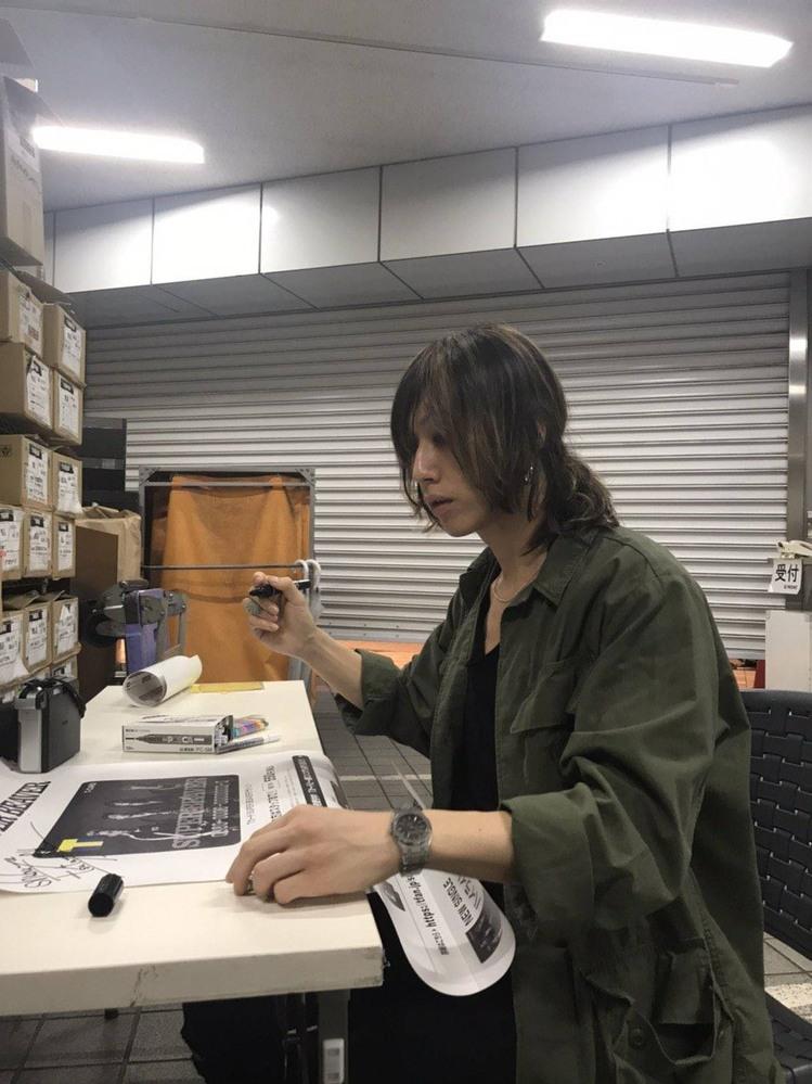 SUPER BEAVERの渋谷龍太さんがつけているこの画像の腕時計の名前やどこで売っているかを知り