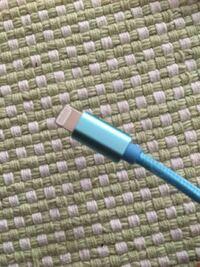iPhoneの充電器が反応しません!!充電器の写真の部分(名前が分かりません)をiPhoneの刺し口に刺しても、画面に充電のマークが表示されません……。何故でしょうか??充電が貯まらず、出かける時もiPhoneを持ち運...