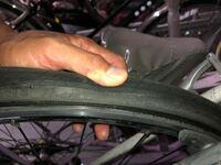クロスバイク初心者です。 画像のタイヤに700×18-28は 装備かのうでしょうか? ご回答宜しくお願い致します。