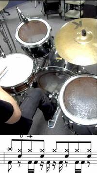 ドラムで手足がバラバラに動きません。下図のパートすら叩けません。遅いテンポにすれば叩けるのは叩けるのですが早くなると絶対バラバラになってしまいます。裏バスが入るところが苦手です。そこをやり込むしかない ですか?