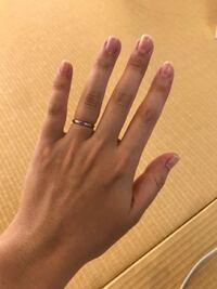 指輪のサイズについて 結婚指輪に重ね付けする指輪を見に行ったのですが、産後で結婚指輪(ティファニーで8号プラチナ)が入りにくいのでサイズを測り直してもらいました。  しかし8号が意外とスルっと入ったので店...