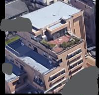 かっこいいルーフバルコニーのマンションに憧れています  今すぐには無理でも将来的には購入したいと思っています。 例えば1つの理想は添付の写真のような、 - 比較的規模の小さいマンションで - それほど階層も高くなく(せいぜい7階くらいまで) - 最上階の横半分くらいがルーフバルコニーになっている  いろいろ勉強したいので、もし関東圏でそういったカッコいいルーフバルコニーのマンシ...