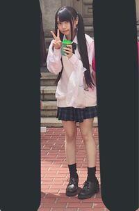 この画像の女の子みたいになりたいです。 量産型や地雷系の服を着たいのですが、 160センチだと何キロぐらいが可愛く着こなせますか?  48キロぐらいですかね、、??  難しい質問で申し訳ないです。 回答よろしくお願いします!