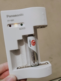 充電式電池の、充電器の使い方がわかりません( ˊᵕˋ ;) ひょこっと出てきたので説明書もなく困っています… Panasonic製です。  よろしくお願いします(_ _*))
