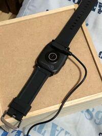 こんな腕時計(スマートウォッチ)を買ったのですが、付けるのに5分以上かかりました。片手しか使えません。どうしたら、すぐに付けられるのでしょうか?