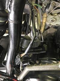 tw200 Eでメインハーネスの写真の部品がボディ側にカプラーがありません。ウィンカー、ストップランプが左右前後ともにつきません。テールランプは点きます。ウィンカーリレーが故障したか、余ったカプラーが何か...