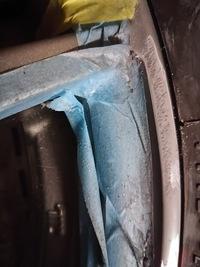 車のホイール塗装に詳しい方どうか教えてくださいませ。  ガリ傷を修復しようと磨き途中なのですがホイールの地肌が出て変色してしまいました。 ダークシルバーっぽいのですが対応策をお願いいたします。  また市販のスプレー等は色が合うようにできているのでしょうか?